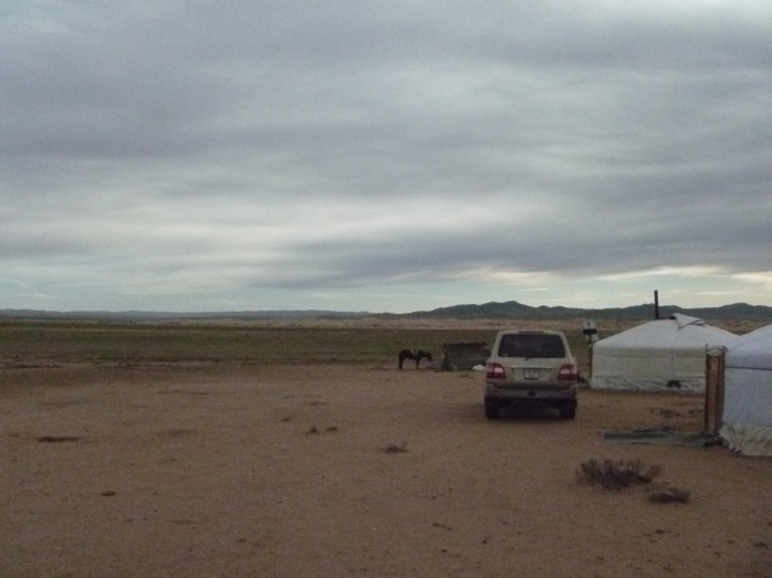 Mongolia_VersPetitGobi-yourtes